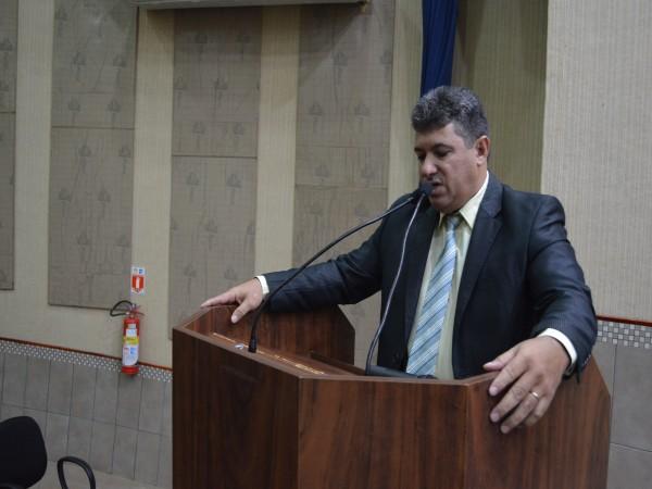 Vereador Sérgio Barbosa solicita implantação de sinalização proibindo estacionamento ao longo de cic
