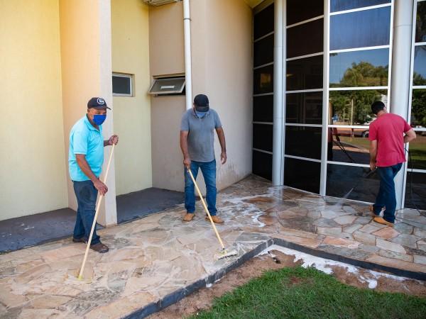 Servidores da Câmara Municipal realizam higienização do prédio